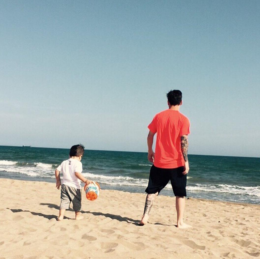 Los Papás Futbolistas Disfrutan Del Tiempo Libre Junto A Sus Hijos