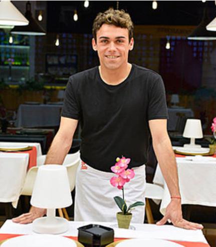 el camarero de first dates es gay