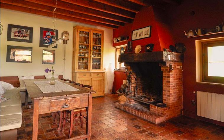 Esta es la impresionante casa rural que alquila paz padilla for Comedor con chimenea