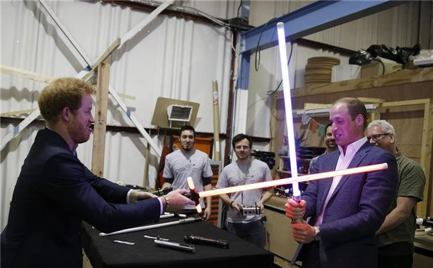 Los príncipes William y Harry visitan el rodaje de la nueva entrega de 'Star Wars'