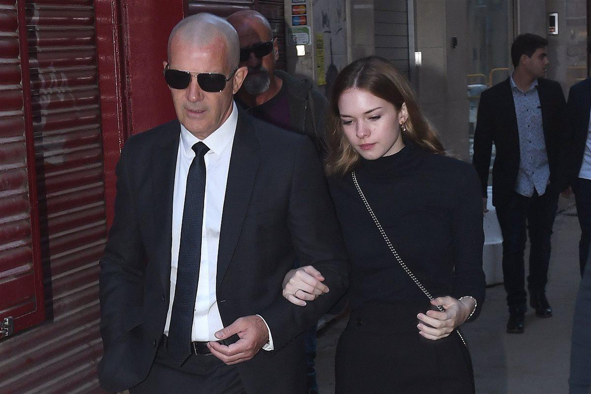 Antonio Banderas Se Refugia En Su Hija Durante El Funeral