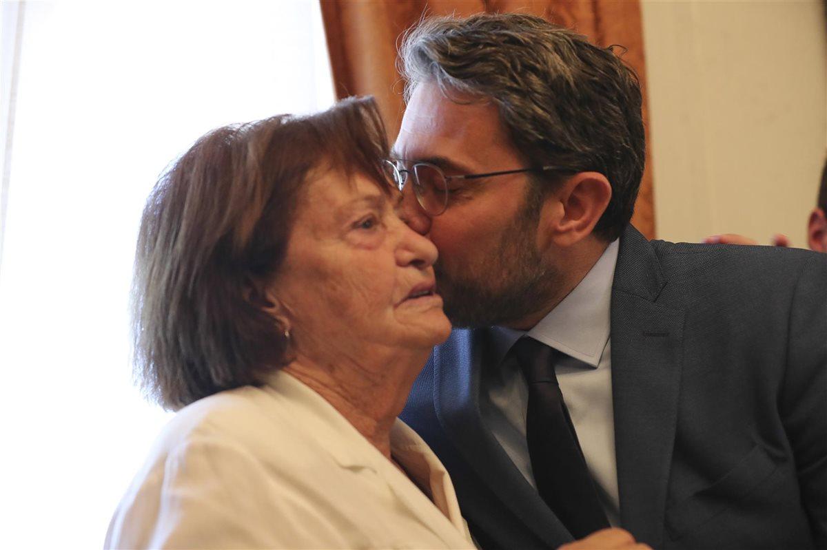 El abrazo de Màxim Huerta con su madre tras convertirse en ministro c3871e101d567