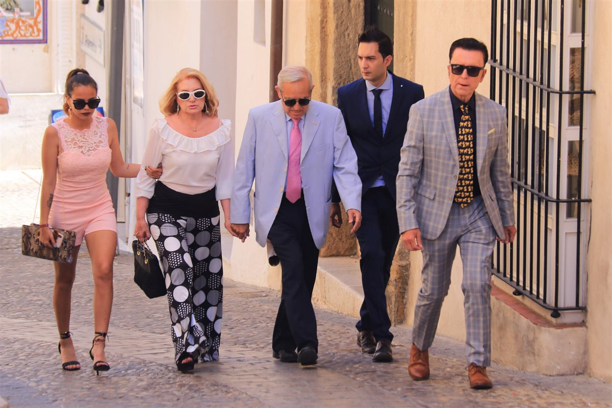 Ortega Cano, su hija Gloria Camila y sus cuñados Gloria y José Antonio. Ortega Cano, a su llegada a la iglesia