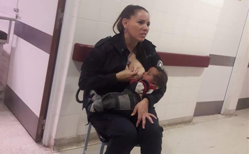 La viral imagen de una policía argentina amamantando un bebé