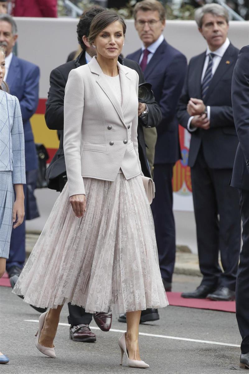 9162bb4053 La reina Letizia sorprende con su look sin maquillaje (pero con truco)