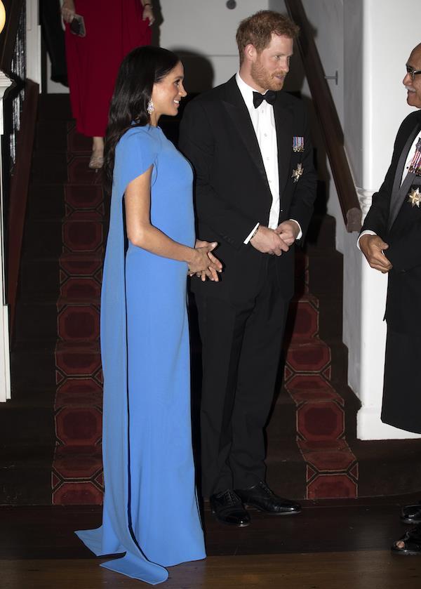 7623bfa47 Meghan Markle deslumbra con su primer vestido premamá de gala