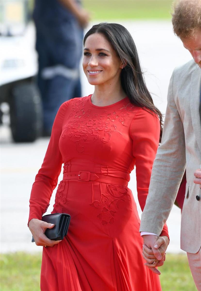 98bd0607a Meghan Markle tiene un descuido  se deja la etiqueta puesta en el vestido