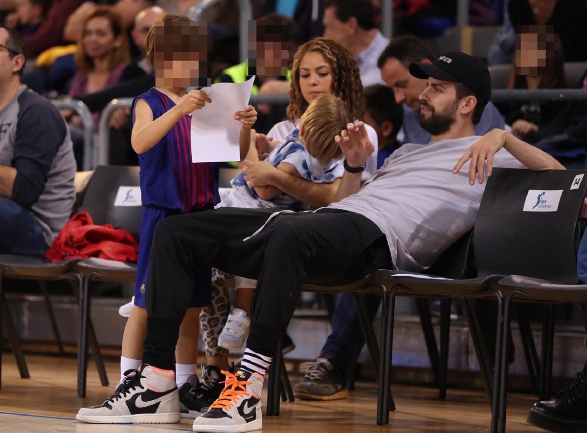 Shakira presume nuevo look junto a Gerard Piqué y sus hijos