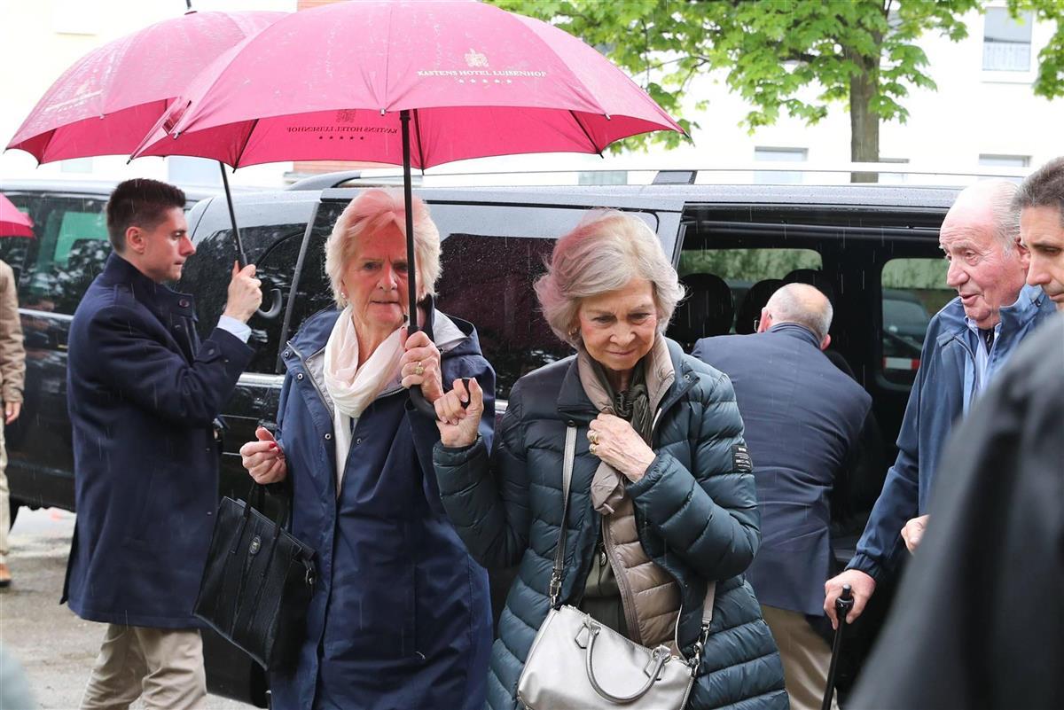 La-reina-Sofía-y-Claire-Liebaert. Mal tiempo en Hannover