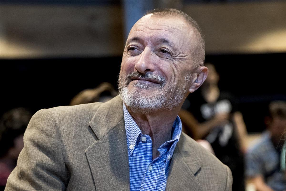 Arturo Pérez-Reverte se mofa del percance de Pilar Rubio