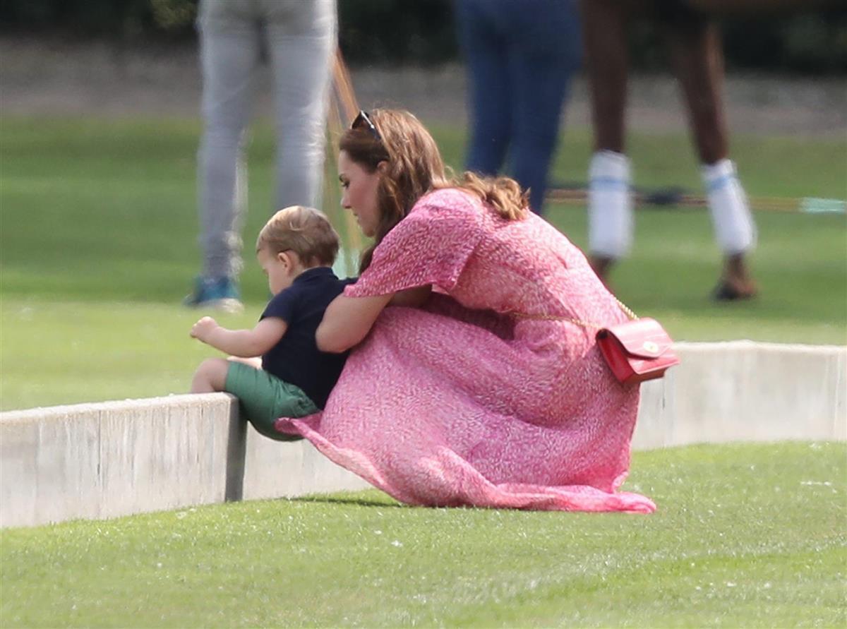 Kate, detrás del pequeño Louis