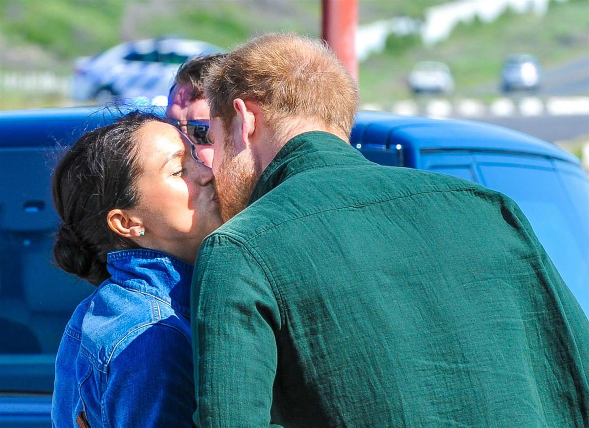 Meghan y Harry beso