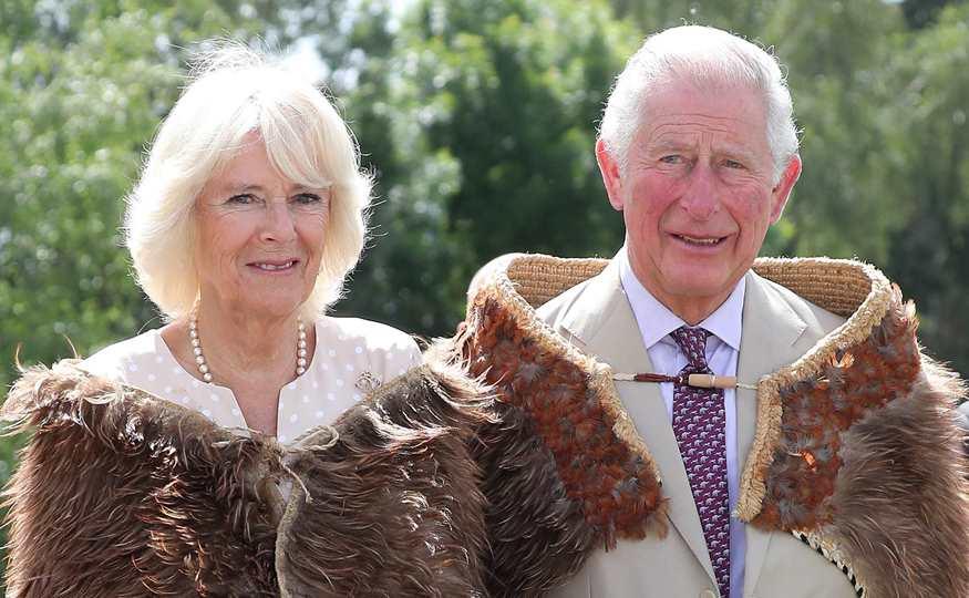 El Principe Carlos Supera El Covid 19 Y Posa Con Camilla Por Su Aniversario