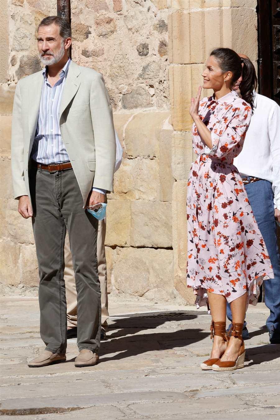 La reina Letizia reinventa su vestido de Hugo Boss con nuevas alpargatas