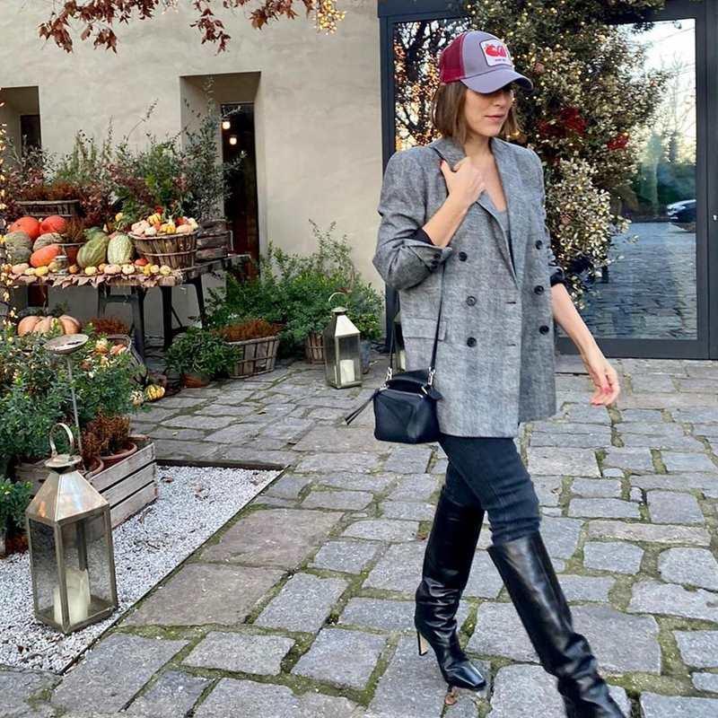 Tamara Falcó tiene la mejor fórmula para llevar una gorra en un look sofisticado