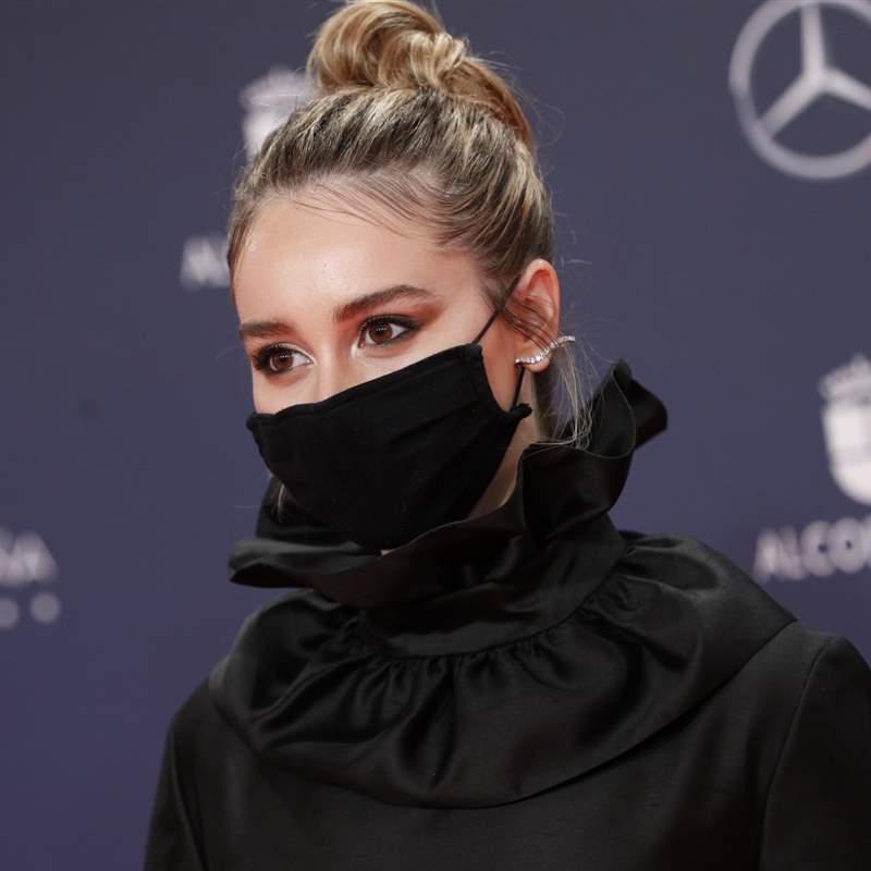 Paula Usero combina el vestido negro más completo con unos espectaculares zapatos de fantasía
