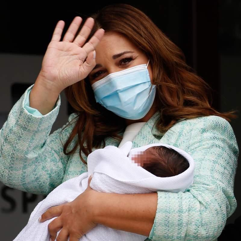 Cómoda y con mucho estilo, Paula estrena la blazer de la temporada en su salida del hospital