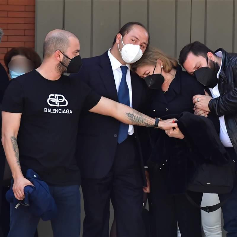 Antonio Tejado, destrozado, consuela a su madre en el funeral de su padre