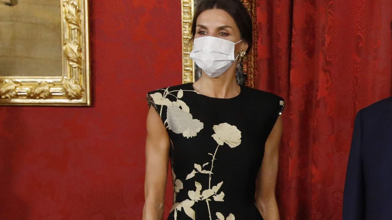Letizia brilla con un vestido de inspiración oriental en la cena en honor al presidente de Corea