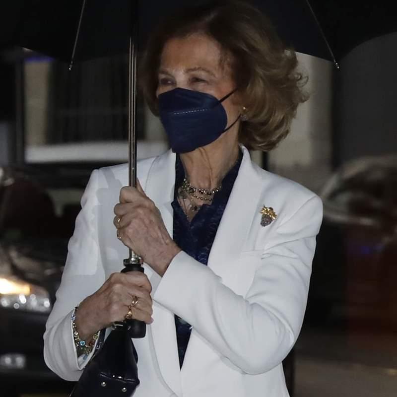 La reina Sofía desafía a la lluvia con su mejor versión en su semana más ajetreada