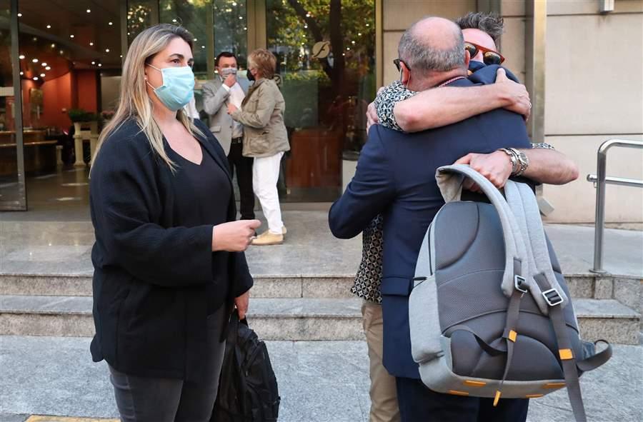 Carlota Corredera y David Valldeperas abrazan a Manolo Ximénez
