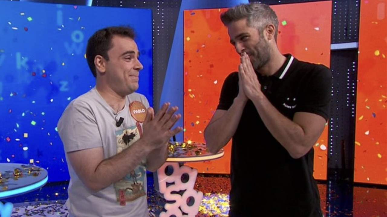 The tears of Roberto Leal when he gave Pablo Díaz the bottle of 'Pasapalabra'