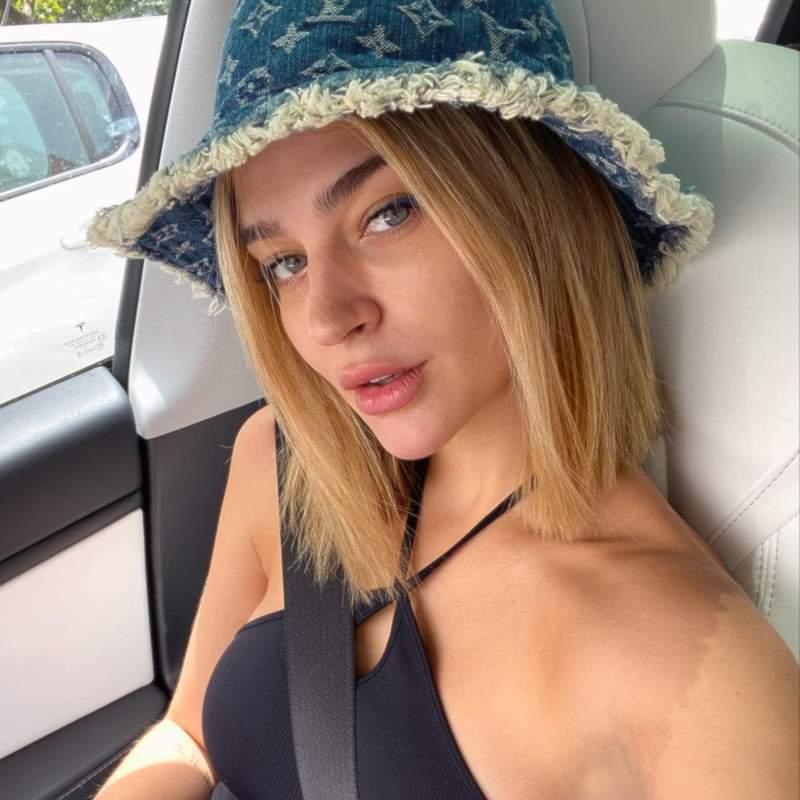 Laura Escanes firma el look setentero a todo color de Bershka más llamativo del verano