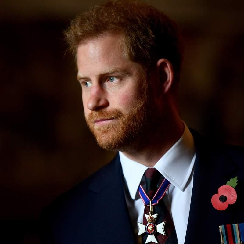 El príncipe Harry da la estocada definitiva a Isabel II: publicará su biografía en 2022