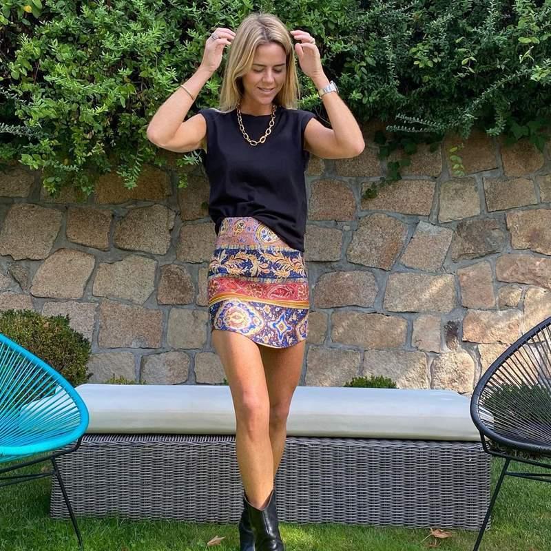 Amelia Bono tiene la minifalda estampada de Zara que solo necesita una camiseta básica para triunfar